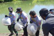 Rangkaian Hari Bhayangkara ke-74, Bupati Bersama Polres BU Tabur Benih Ikan