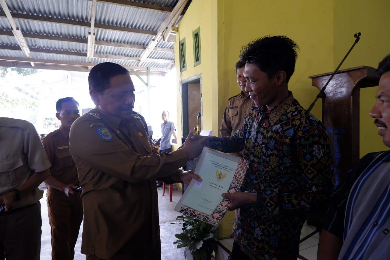 Bupati Mian Serahkan Sertifikat Tanah untuk Rakyat di Putri Hijau