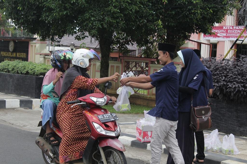 Dalam Kebersamaan, Media Center Kominfo Bengkulu Utara Bagikan Takjil Gratis