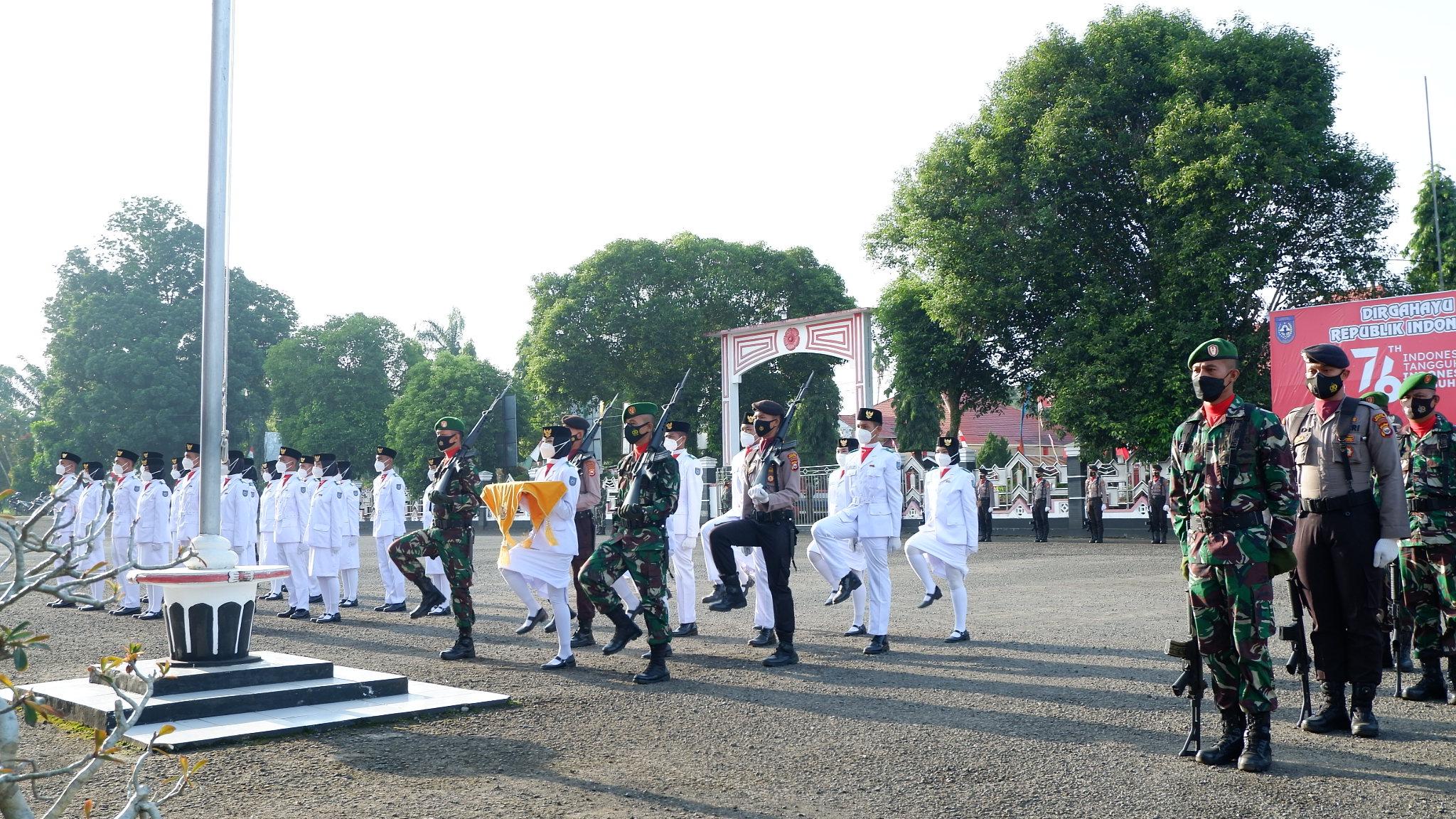 Berjalan Khidmat, Dandim 0423 BU Pimpin Upacara Pengibaran Bendera HUT ke-76 RI Kab.BU