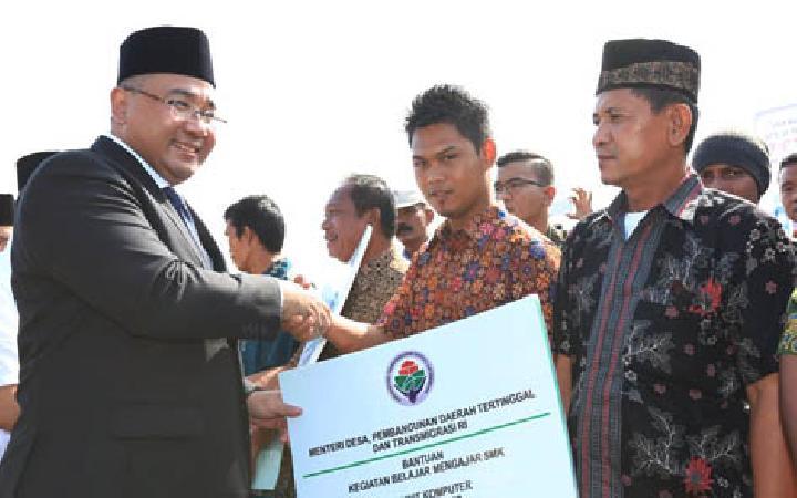 Mendes Bagikan 600 Sertifikat Tanah kepada Transmigran Bengkulu Utara