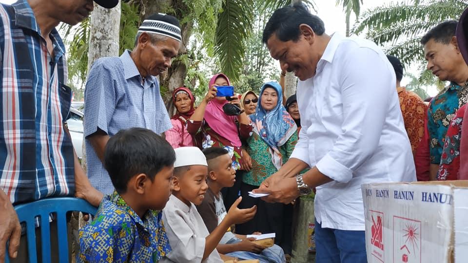 Bupati Bengkulu Utara Berikan Bingkisan dan Santunan kepada Peserta Khitanan Massal