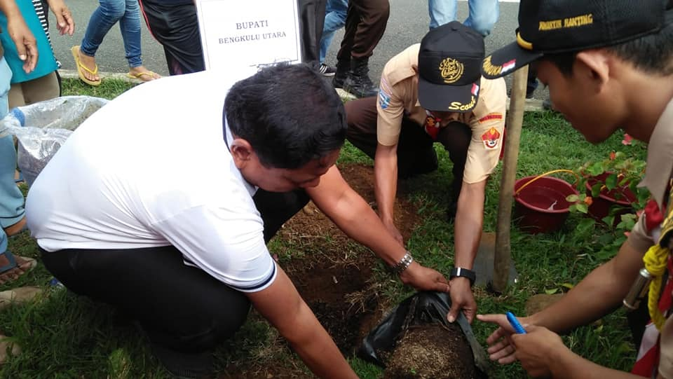 HPMI, Bupati Bengkulu Utara Melakukan Penanaman Pohon di Kawasan Jalan Dua Jalur