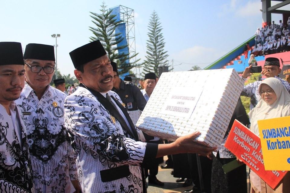 Bupati Bengkulu Utara Serahkan Sejumlah Bantuan, Dipuncak Hari Guru Nasional