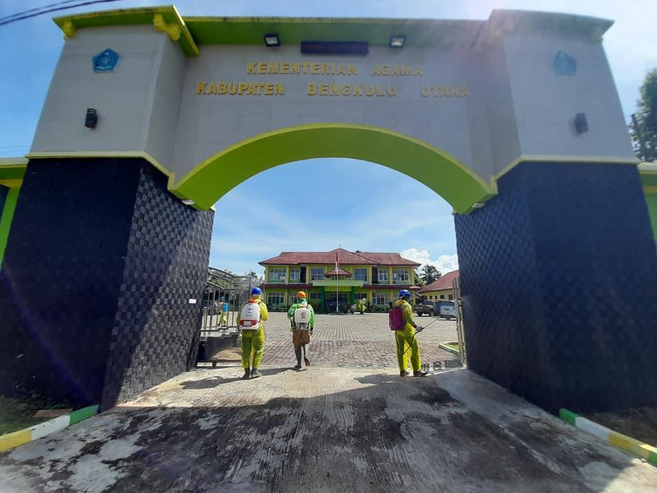 Aksi Penyemprotan Disinfektan di Lingkungan Perkantoran