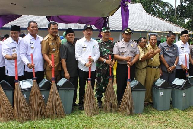 Wabup Bagikan Tong Sampah dan Sapu