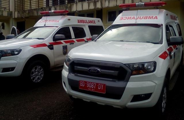 Bupati Serahkan Ambulan Kepada Puskesmas Air Bintunan dan Karang Pulau Bengkulu Utara