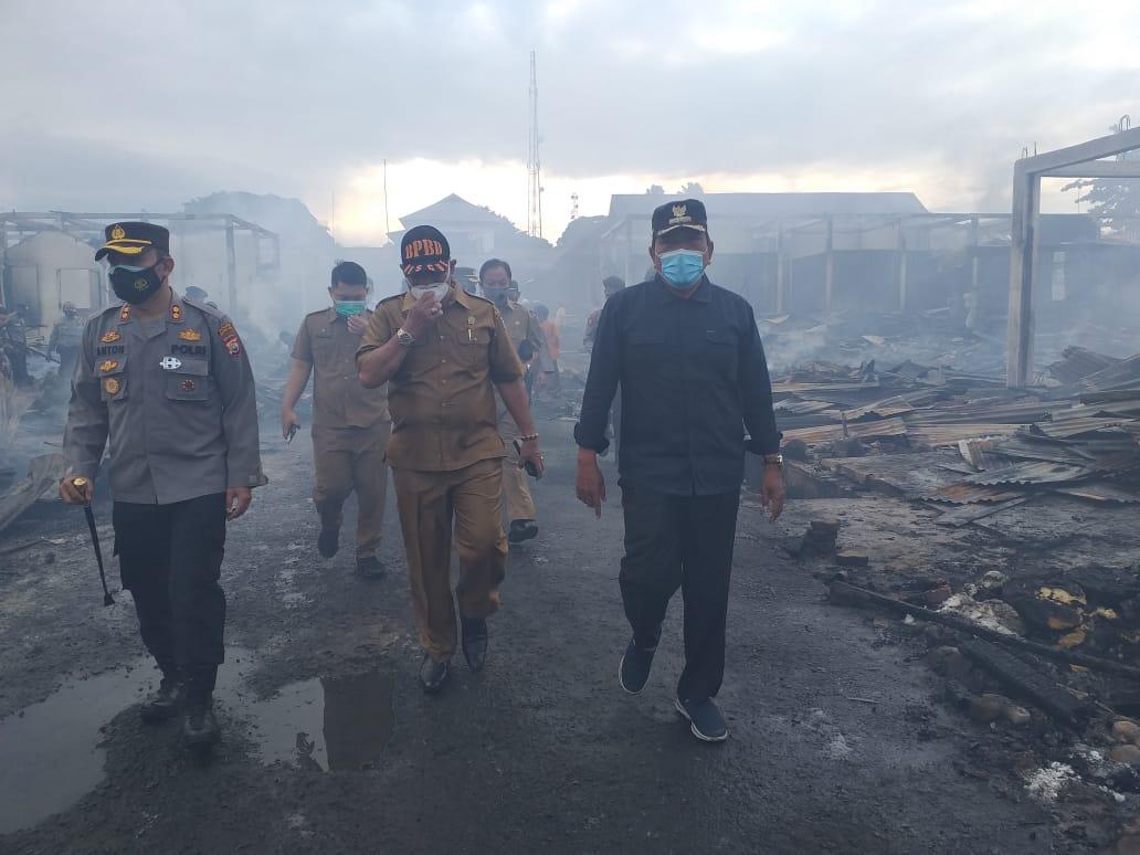 Tinjau Lokasi Kebakaran, Bupati BU Perintahkan OPD Evakuasi dan Dirikan Lapak Pedagang Sementara