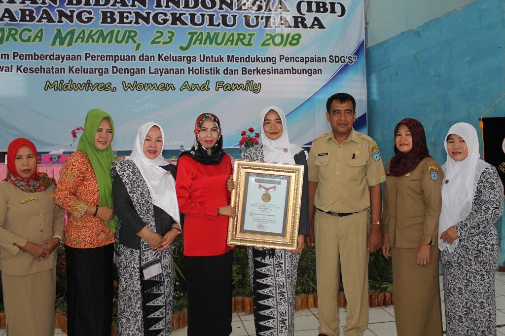 Ikatan Bidan Indonesia Bengkulu Utara Raih Penghargaan Rekor Pemeriksaan IVA