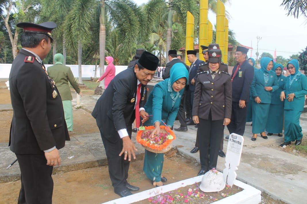Bupati Bengkulu Utara Tabur Bunga di Makam Pahlawan Ratu Samban Arga Makmur