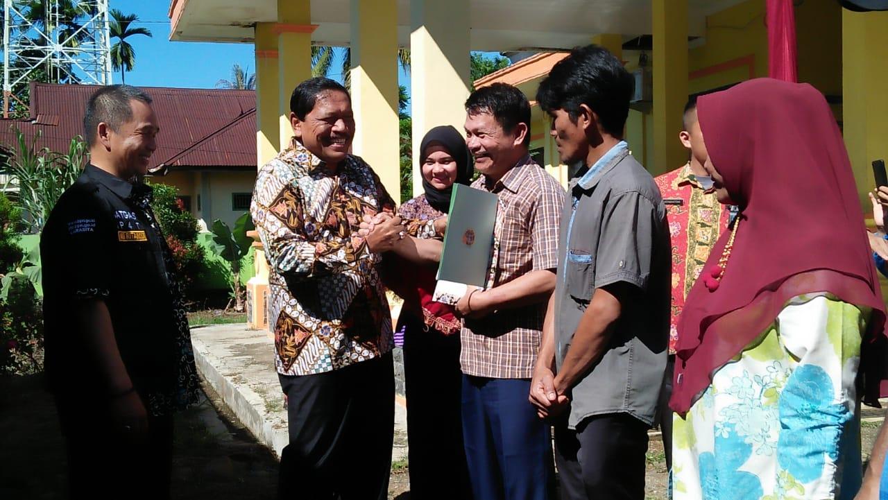 Bupati Bengkulu Utara Serahkan 1126 Sertifikat Tanah Program PTSL untuk Warga Kecamatan Kota Arga Makmur dan Batiknau